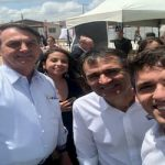 Tovar entrega documento a Bolsonaro