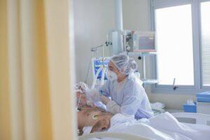 Diante da falta de vagas, médicos discutem regras para escolher quem vai para UTI