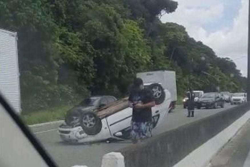 Veículo capota e deixa trânsito lento na BR-230, nas proximidades da UFPB